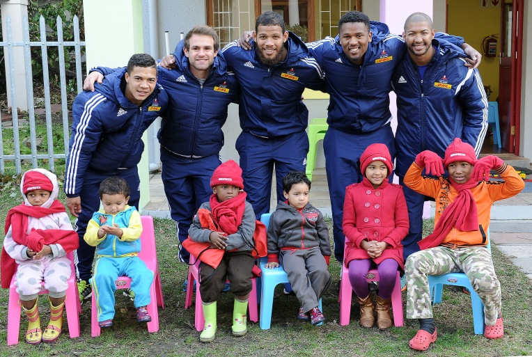 04082015***Five DHL Western Province players visited Sisters Incorporated – a shelter for abused women and children. (Die Burger). Back Row (L-R) Cheslin Kolbe, Nic Groom, Nizaam Carr, Sikhumbuzo Notshe and Kurt Coleman. (L-R) Maridh (4), Zack (2), Daniel (3), Kade (3) Yumna (7) and Denzil (8). Photo by Nasief Manie.